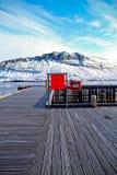 Cais de madeira com Mountain View Foto de Stock