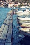 Cais de madeira com os barcos no porto, Trogir, Croácia Imagem de Stock Royalty Free