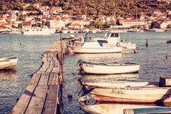 Cais de madeira com os barcos no porto, Trogir, Croácia, filtro vermelho Fotografia de Stock