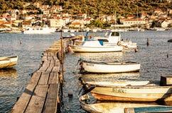 Cais de madeira com os barcos no porto, Trogir, filtro amarelo Fotos de Stock