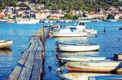 Cais de madeira com os barcos no porto, Trogir, filtro vibrante Fotografia de Stock