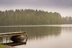 Cais de madeira do barco no lago Acampamento de Palvaanjarven, Lappeenranta, imagem de stock
