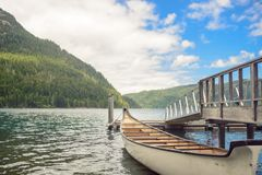 Cais de madeira do barco no lago da montanha Fotografia de Stock Royalty Free