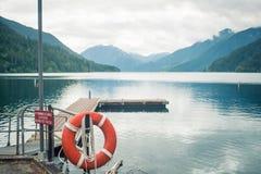 Cais de madeira do barco no lago da montanha Fotos de Stock Royalty Free