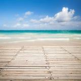 Cais de madeira e paisagem borrada do mar em um fundo Imagem de Stock