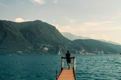 Cais de madeira em um lago em Lugano, Suíça foto de stock