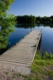 Cais de madeira em uma lagoa imagens de stock royalty free