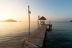 Cais de madeira entre o por do sol em Phuket, Tailândia verão, curso, Fotos de Stock Royalty Free