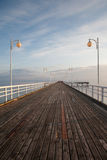 Cais de madeira no mar Báltico durante o por do sol Fotografia de Stock Royalty Free
