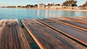 Cais de madeira no mar Majorca, praia de Muro, Espanha filme