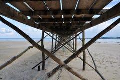 Cais de madeira pelo mar Imagem de Stock