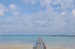Cais de madeira pelo mar Imagens de Stock Royalty Free