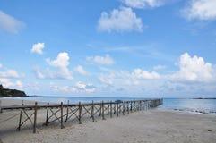 Cais de madeira pelo mar Fotografia de Stock