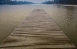 Cais de madeira, ponte sobre o lago no por do sol dramático com nuvens tormentosos Kuchyna, Eslováquia Foto de Stock Royalty Free