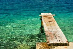 Cais de madeira sobre o mar de adriático bonito. Korcula, Croácia Foto de Stock Royalty Free