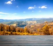 Cais de madeira vazio com lago da montanha fotos de stock
