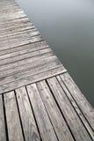 Cais de madeira velho cinzento pela opinião do lago fotos de stock royalty free