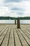 Cais de madeira velho com polos do embarcadouro Fotos de Stock
