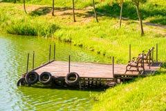 Cais de madeira velho na lagoa Fotografia de Stock