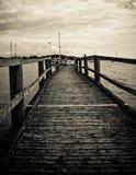 Cais de madeira velho no mar, preto e branco Foto de Stock Royalty Free