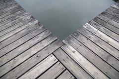 Cais de madeira velho pela opinião do lago foto de stock royalty free