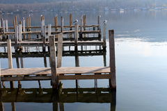 Cais de madeira velhos na praia Foto de Stock