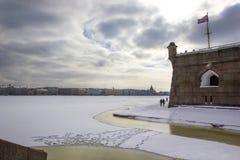 Cais de Nevskaya e a porta do ` s do comandante no Peter e no Paul Fortress de St Petersburg no inverno foto de stock