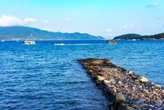 Cais de pedra velho e mar azul Fotos de Stock Royalty Free
