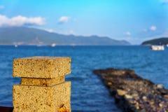 Cais de pedra velho e mar azul Imagens de Stock Royalty Free