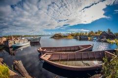 Cais de pesca velho do país Barcos abandonados lente de fisheye da perspectiva da distorção imagens de stock royalty free