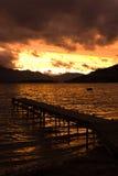 Cais do lago no por do sol Fotos de Stock