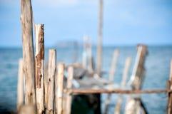 Cais do molhe quebrado na praia Imagens de Stock Royalty Free