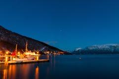 Cais do navio pequeno perto da vila de Sjursnes, Noruega Imagem de Stock Royalty Free