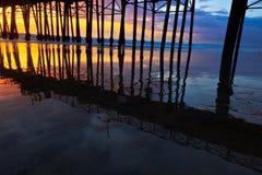 Cais do perto do oceano no por do sol Fotografia de Stock Royalty Free