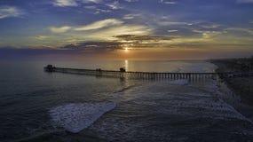 Cais do perto do oceano no por do sol Imagem de Stock