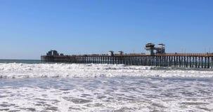 Cais do perto do oceano de Califórnia no dia video estoque