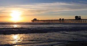 Cais do perto do oceano de Califórnia no por do sol vídeos de arquivo