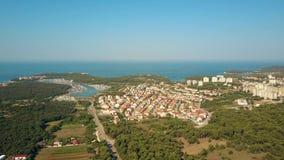 Cais do porto e a costa e as casas de mar do adriático na Croácia dos Pula filme