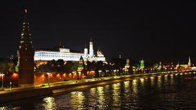 Cais do rio de Moskva e o tráfego na frente das paredes do Kremlin na noite UHD - 4K moscow Rússia video estoque