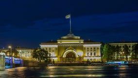 Cais do rio Neva com construção hyperlapse do timelapse da ponte de Admiralty e de palácio na noite do wthite St Petersburg vídeos de arquivo