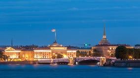 Cais do rio Neva com construção timelapse da ponte de Admiralty e de palácio na noite do wthite St Petersburg, Rússia vídeos de arquivo