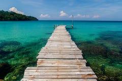 Cais e baía pristine, Sai Daeng Beach, Koh Kood, Tailândia Fotografia de Stock