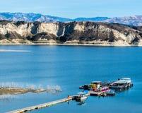 Cais e barcos de madeira longos no lago Cachuma do ` s de Califórnia com San Rafael Mountains fotos de stock