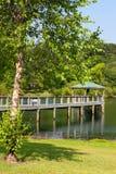 Cais e Gazebo sobre o lago Foto de Stock Royalty Free