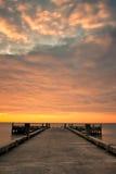 Cais e nascer do sol nebuloso Fotos de Stock Royalty Free