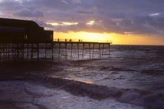 Cais em Inglaterra do sul no por do sol Imagens de Stock Royalty Free