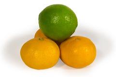 Cais frescos e tangerins isolados no branco Foto de Stock