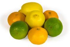Cais, limões frescos e tangerins isolados no branco Fotos de Stock