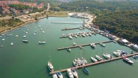 Cais mediterrâneos do porto e barcos e iate ancorados vídeos de arquivo
