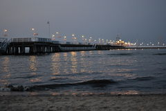 Cais na iluminação da noite Fotografia de Stock Royalty Free